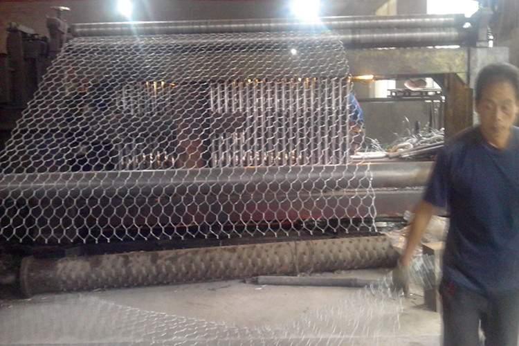铁丝箱,钢筋笼自身重,用人工无法搬动,而且很难箱体之间构成联接,有